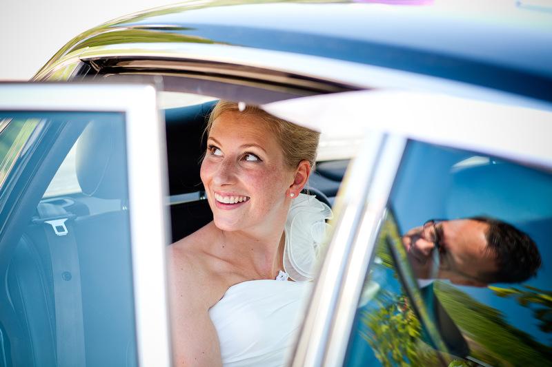 Brautpaar mit Spiegelung vom Auto